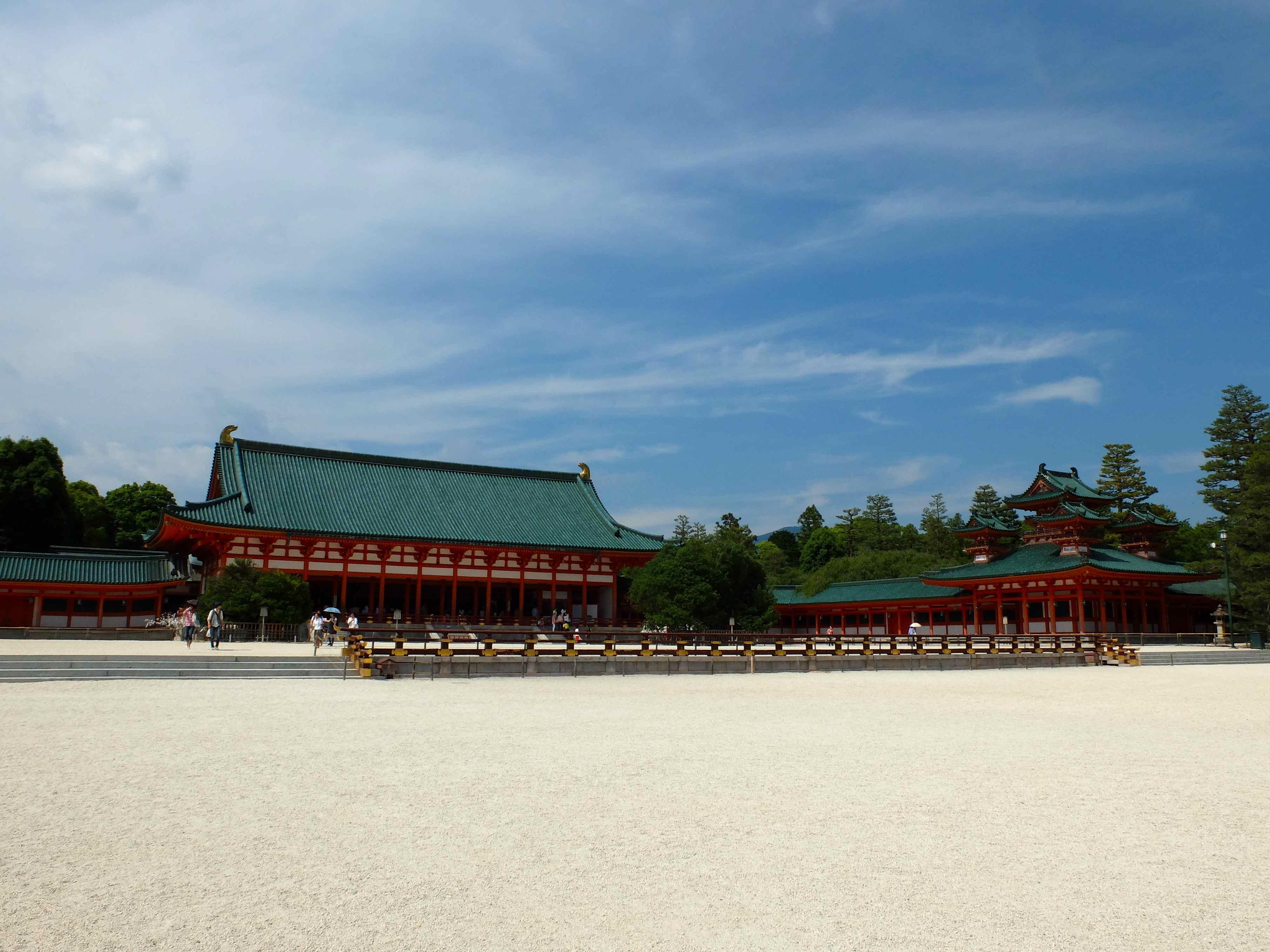 平安神宮のシンボル鳥居と大極殿. The Symbol of Heian Shrine, huge Torii gate 1db5bfcd142